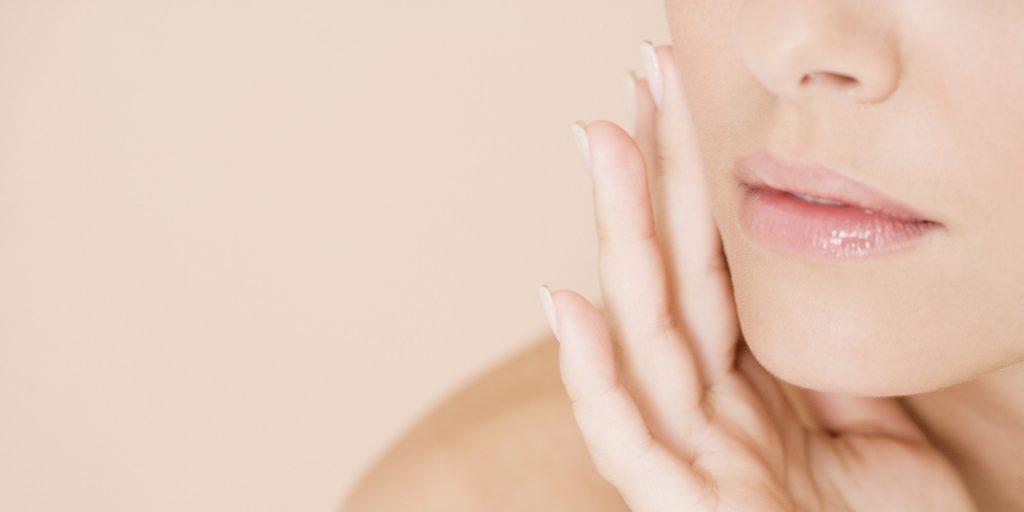Démaquiller son visage naturellement de manière douce et efficace